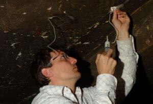 Re-adhesión de capa pictórica al soporte rocoso en la capilla (2004)